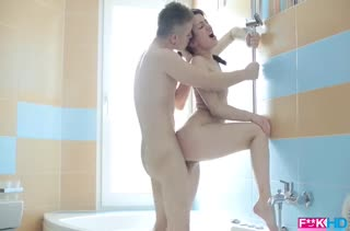 Красивое порно в попку с брюнеткой в ванной