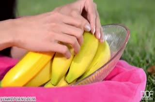 Похотливая азиатка мастурбирует киску бананом на природе
