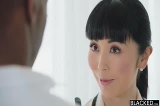 Красотка Marica Hase примерилась к черному болту