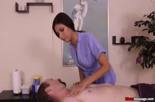Пошлая массажистка решила поиграть с пациентом в БДСМ