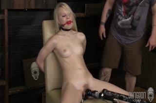 Lily Rader привязали к стулу и начали теребить киску
