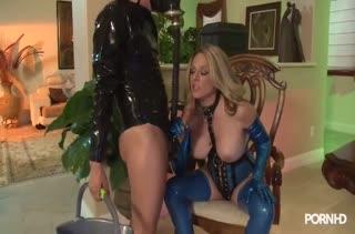 Блондинка Angela Attison одевается в латекс и устраивает порно
