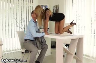 Блондинка Angel Piaff обслужила коллегу в офисе