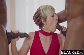 Симпатичная блондинка офигевает от стояка негра