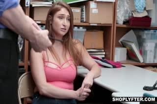 Девушку Skylar Snow наказывают членом за воровство