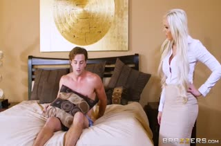 Две горячие блондинки круто трахаются с молодым парнем