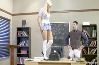 Студентку Kylie Page препод оставил после занятий для траха