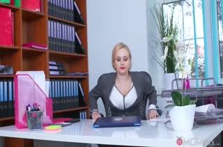 Похотливый коллега пристает под столом к Angel Wicky