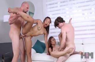Девочки с большими попками замутили синхронный секс с друзьями