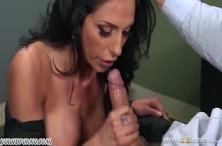 Jaclyn Taylor красуется перед боссом и пробует его большой член