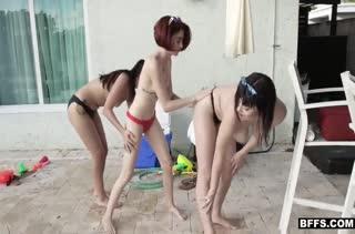 Три жопастые подружки снимают домашнее порно