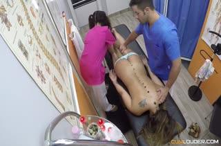 Доктор и медсестра раскрутили пациентку на перепихон
