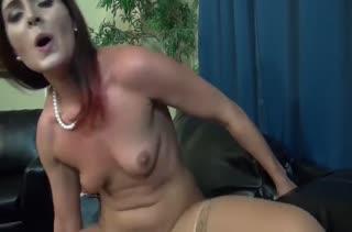 Рыжая бабенка пробует снимать с мужем домашний секс