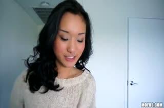 Милая азиатка Alina Li пробует домашнее порно