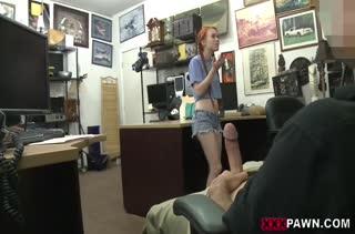 Молодая Dolly Little опробовала большой член в магазине