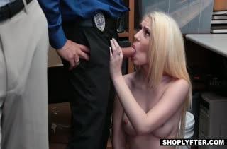Провинившуюся блондинку отымели прямо в подсобке