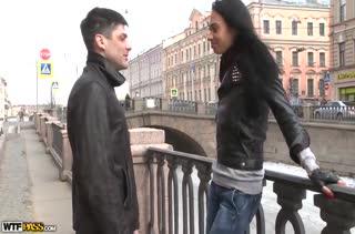 Русская брюнетка согласилась попробовать домашнее видео