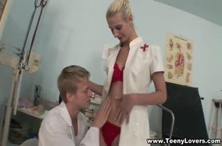 Блондинистая медсестра классно зажигает с доктором