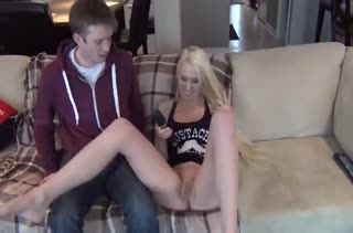 Стервозная блондинка круто надрачивает хер парню