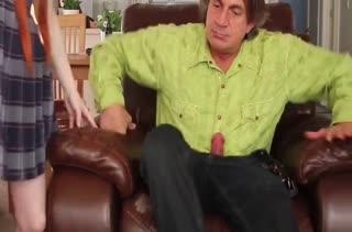Молодую рыжую чику развращают в кожаном кресле