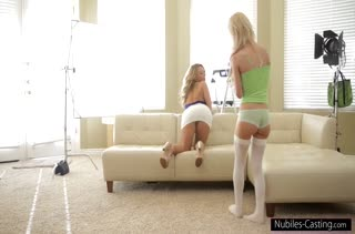 Две красивые девушки раскрутили чувака поснимать порно