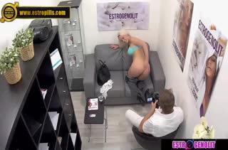 Блондинка прошла секс собеседование перед скрытой камерой