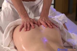 Чел делает массаж симпотной бабенке и натягивает ее на член