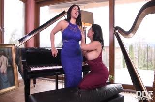 Пухлые девочки поиграли на пианино и перешли к ласкам