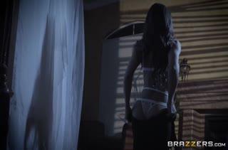 Лысый самец устраивает с Madison Ivy красивое фетиш порно