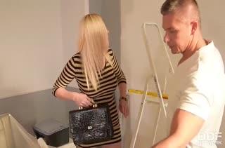 Фигуристая блондинка отдается в лапы крепкого мужика