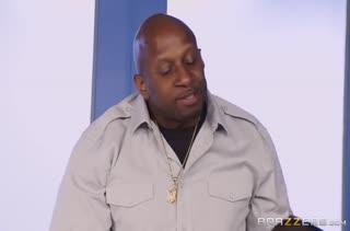 Черный мужик смачно пялит Alexis Fawx в офисе