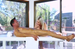 От сексуального вида массажистки Niki Snow мужик не устоял