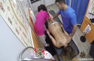 Две возбужденные девки лезут к большому стволу массажиста