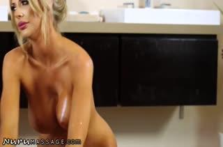 Подтянутая мамка Courtney Taylor завела мужика на порно массаж