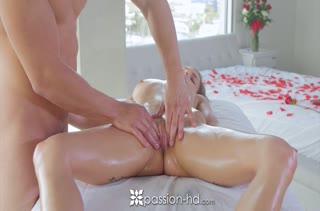 Красивая Sydney Cole испытывает оргазм от секса с массажистом