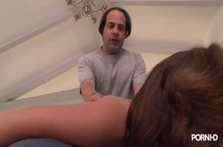 Опытный массажист решил поразвлечься с пухлой пациенткой