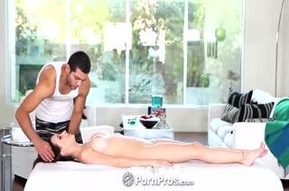 Парниша устроил молодой подружке порно массаж