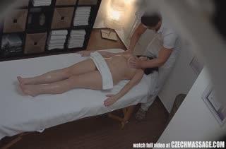 Красивая бабенка попала на скрытую камеру у массажиста