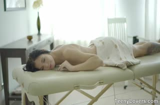 Молодая Lovenia Lux испытала смачный порно массаж на кушетке