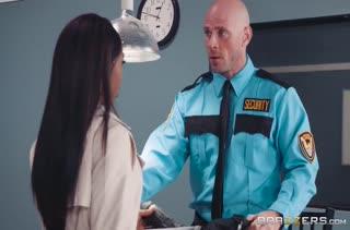 Sarah Banks отдалась большому члену охранника