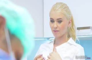 Врач с красивой медсестрой занялись сексом на работе