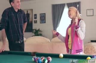 Молодая Marsha May нагнулась раком на бильярдном столе