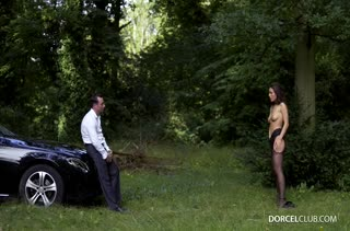 Lana Rhoades позирует в красивом белье и шпилится на капоте машины