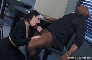 Развратница Angela White легко склеила африканца на порно
