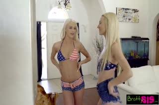Молодые блондиночки соблазнили чувака на групповушку