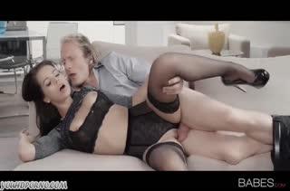 Сочная брюнетка получает кайф от красивого секса