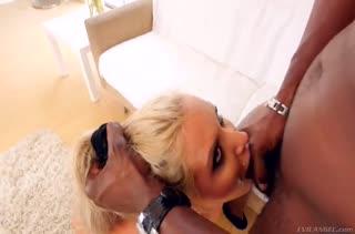 Гламурная блондинка с большими сиськами получает минет и сперму