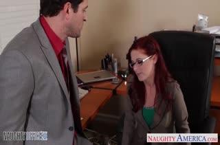 Властная рыжая начальница дала сотруднику в кабинете