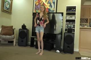 Молодая Hannah Hays спаривается с бойфрендом на полу