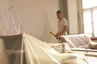 Хозяйка отплачивает натурой ремонтнику за отделку квартиры